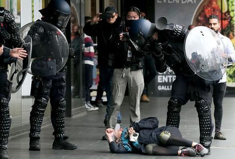 墨尔本发生抗议冲突:数百人聚集市中心 武警拖走多人