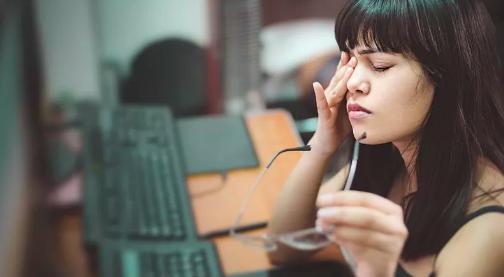 青年教师视力下降,结果却不是简单的用眼过度