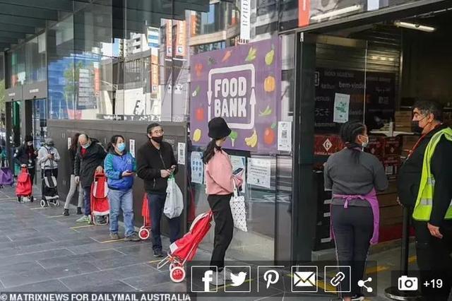 爱心人士在墨尔本Food Bank门前向留学生发放百元大钞,为心中大爱