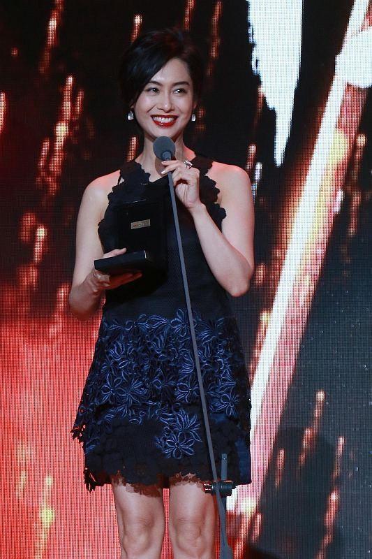 林青霞固然大了朱茵16岁,但穿上优雅的短裙,显得年轻很多2677 作者:admin 帖子ID:21634