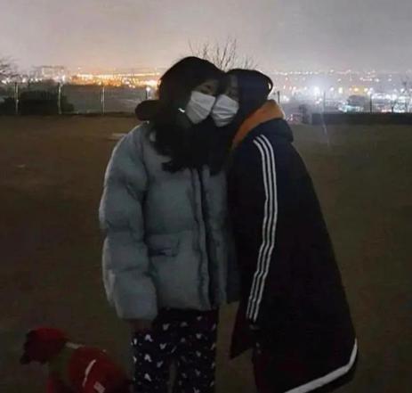 韩国女团成员出柜,发文外白晒与女友贴脸照片,肤白貌美不输明星