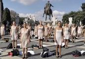 """意大利航空重组大裁员和减薪 50名空姐当街脱制服""""快闪""""抗议"""