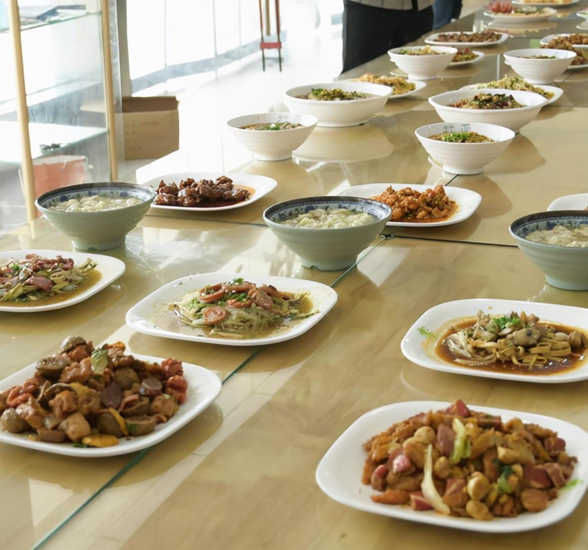 """武汉一高校食堂开展""""美食品评会""""邀请学生免费品尝美食"""