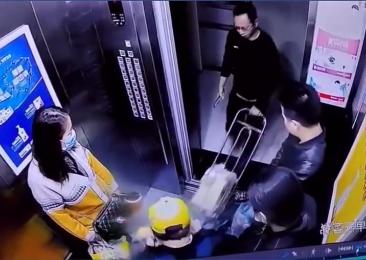 电瓶进电梯突闪火花!警惕身边潜在的危险