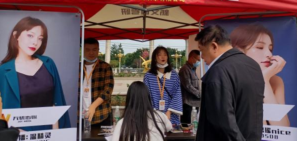 武汉一高校举行校友企业招聘会 65家企业向学弟学妹抛出橄榄枝