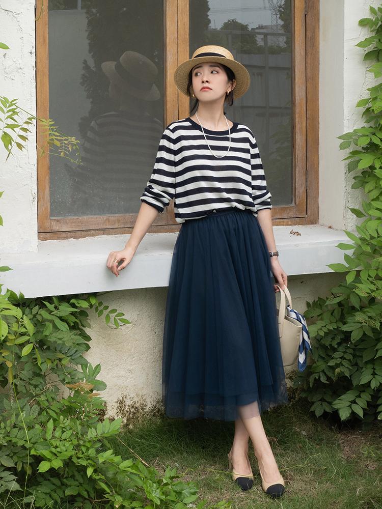 終於把條紋襯衫的「穿搭精髓」穿出來了!搭配薄紗半身裙,真檔次 形象穿搭 第5張