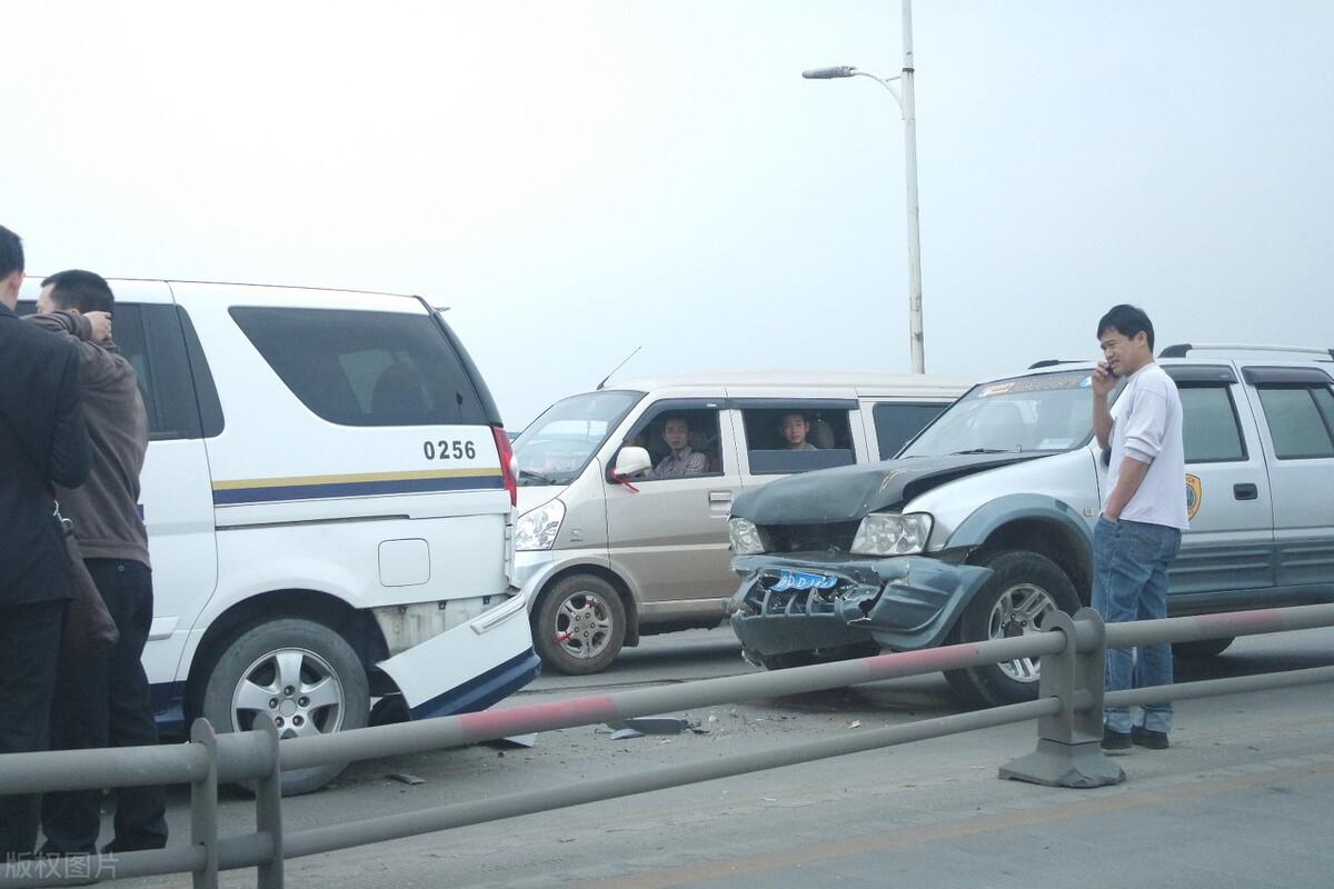 飞来横祸,人受伤车损失50万,交警却认定是意外事故,该找谁赔偿-群益观察 -北京群益律师事务所