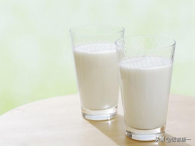 晚上喝牛奶危害很大? 為了家人健康,喝牛奶這3個誤區你要知道