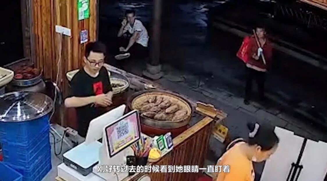 暖心!金华一拾荒大妈久盯店内烤红薯,老板发现后免费送她