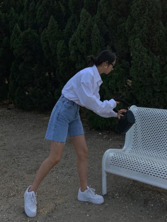 蓝色短裤搭配什么颜色的上衣