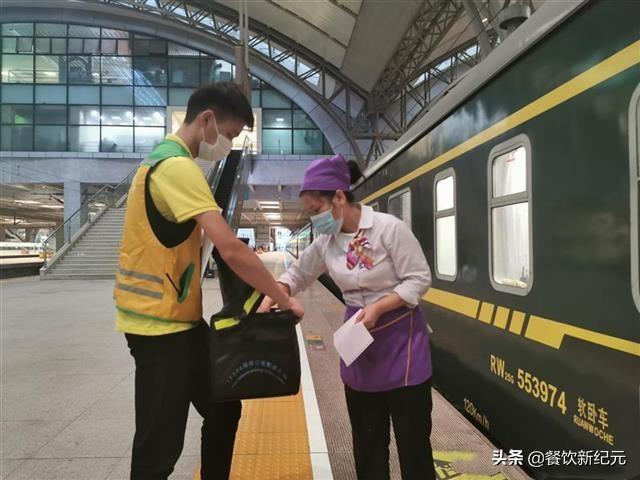 高铁之谜,在高铁上点外卖,到底是怎么送到顾客手中的?