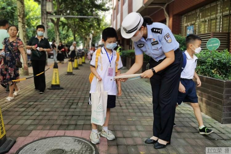 教育部:未满12岁儿童不得骑车上路,国庆假期交通安全要牢记