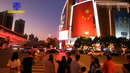 上海街头现500平米巨幅国旗 用最美中国红为祖国庆生