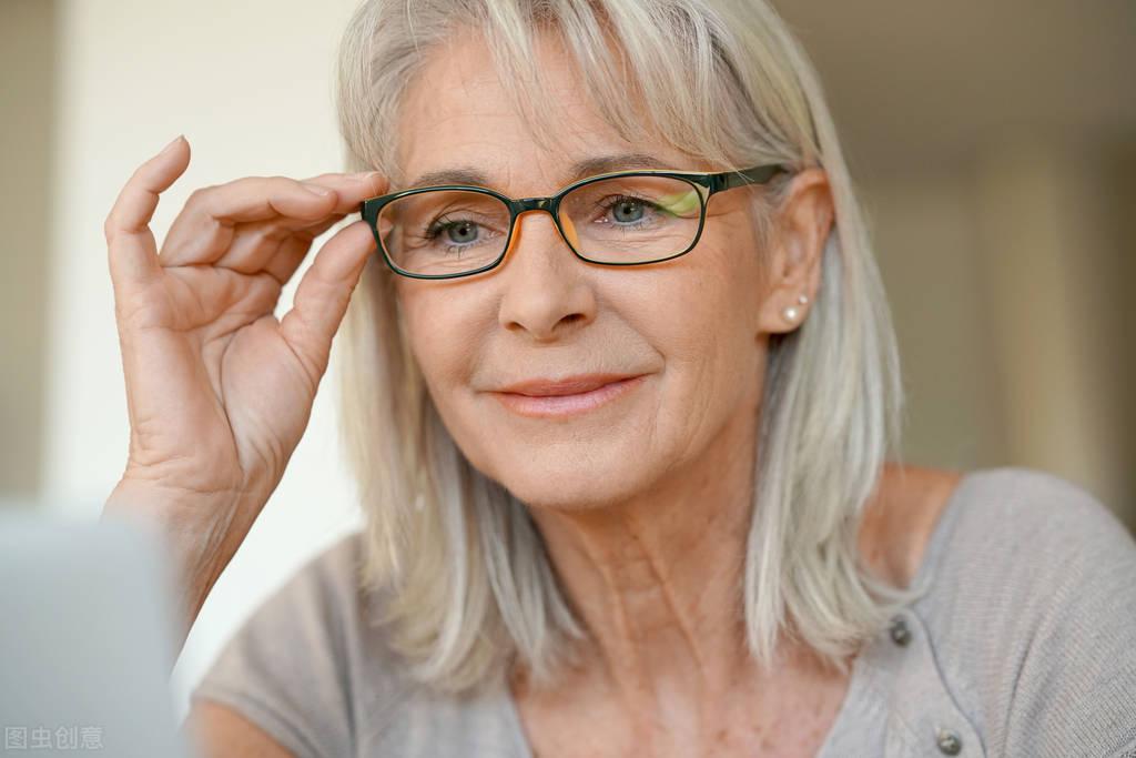 """女性突然""""白发猛增"""",不一定就是老了,有可能是4种营养缺乏了"""