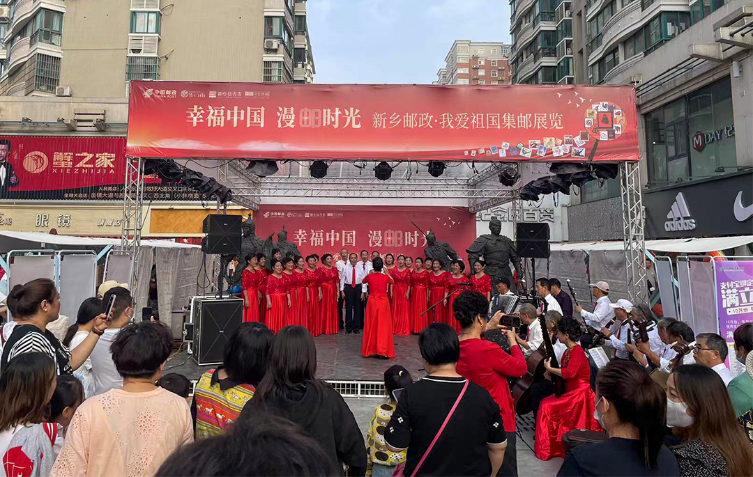 新乡:看集邮展览 感受幸福中国